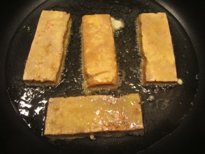 Tofu fillets into hot oil for 2 minutes.